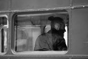 Jeune homme dans l`autobus