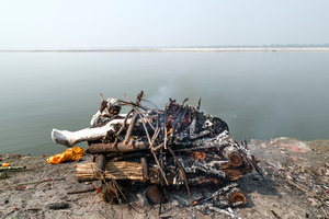 Nearly 60 million of trees are consumed every year in India. The biggest part of them serve to break an reincarnation circle on the banks of Ganges.