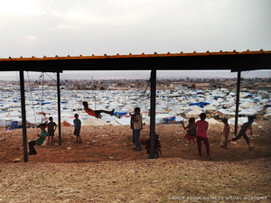 A shelter was constructed overlooking the Kawergosk refugee camp. Hanging ropes are transformed into swings, making this makeshift shelter into a playground.