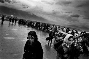 Fleeing Kosovar refugees arrive in Kukes, Albania 1999 © Paolo Pellegrin