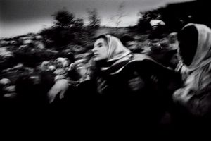The mother of a child killed during an IDFs incursion is seen mourning in Jenin, Palestine 2002 © Paolo Pellegrin