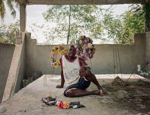 """Atilise Lui (56), Aquin, Haiti - Qui repose dans ce tombeau? Mon fils Vanelle et ma fille Filosia y sont déjà - Pourquoi aimez vous aller sur cette tombe? """"Je vais me poser là pour parler et réfléchir à mes problèmes"""" - Qui a dessiné ce monument? C'est boss Jean-Claude qui a dessiné ce tombeau il y a 7 ans"""