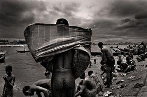 Bath in Buriganga. Babu Bazaar, 2008. © Munem Wasif
