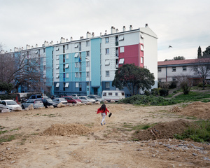 Maddelena, 11 years old, running through an empty ground of the Cité Gély (Montpellier), in direction to her building Unit 26. She is living there with her sister Ilona, her two parents Françoise and Thierry and her uncle Etienne, in a 80 m2 flat.