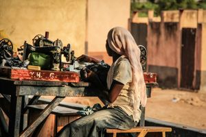 Las costureras y los niños de Tamale IV