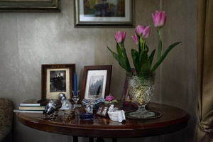 Old parlor. Photos and souvenirs with pink tulips.