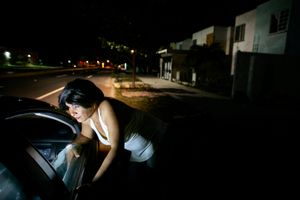Reyna Patricia is usually meeting his clients from their cars. © Meeri Koutaniemi
