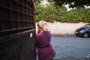 Casablanca, 2015. S. is waiting the deliveries for the restaurant. From 1 year she has no more dealings with her family, while the NGO is trying to reconnect her to the father of her child. A pregnancy out of wedlock, affect the social life of the mother but especially that of children: by failing to obtain valid documents, they face many difficulties in entering within the Moroccan society.