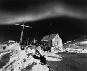 Comet Hale-Bop in the sky with dancing northern lights in the village of Tinniteqilaaq on the east coast of Greenland. © Ragnar Axelsson
