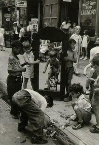 New York, circa 1939, © Helen Levitt. Courtesy Laurence Miller Gallery and/or powerHouse Books.
