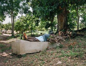"""Rosemaid Joinville (56) - Kabare, Haiti - """"Quand il y a trop de monde dans le caveau, on peut retirer les ossements. Après les avoir nettoyés, on les conserve dans un gallon""""."""