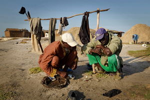 Before work in the up to 40% salt-saturated water, the salt miners patch small wounds with glue and bicycle tube repair rubber, since these do not heal otherwise. In addition, they rub their skin with homemade plant butter to protect against the salt water.