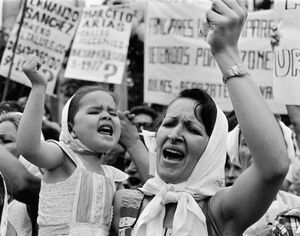 Mother and daughter Plaza de mayo, 1982 © Adriana Lestido, Rolf Art