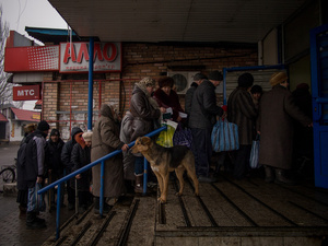 Queue waiting for the distribution of bread. Since this past winter the situation has worsened: Donbass is facing a complete lack of money and a shortage of food and medicines. Supplies arrive from Russia.