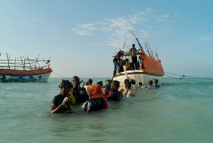 © Alixandra Fazzina, Somali refugees departing Shimbiro Beach to board smugglers' boats to Yemen, April-December 2008, Shimbero, Somalia. Series: A Million Shillings; Escape from Somalia